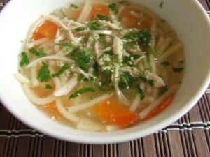 Суп на курином бульоне с лапшой и кунжутом