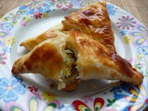 Пирожки из слоеного теста с луком и яйцом