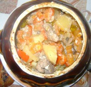 Жаркое с грибами и свининой в горшочках