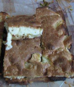 Яблочный бисквитный пирог