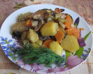 Картофель с овощами, тушеный по-домашнему
