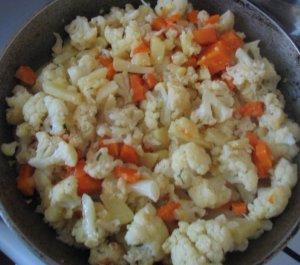 Цветная капуста тушеная с картошкой и морковью