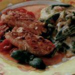 Стейк с чесноком и фасолью, запеченный с соусом и сыром