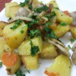 Картофель, тушенный с луком и грибами