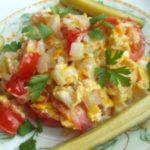 Яичница с луком и помидорами