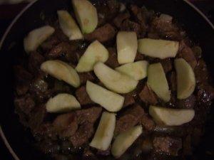 Телятина тушенная с яблоками