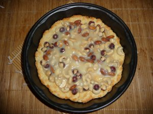 Пирог с орехами, ириской и шоколадом