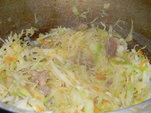 Тушеная капуста с мясом и сметаной