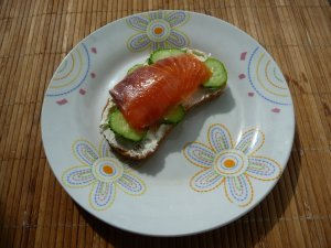 Бутерброды с творожным сыром, огурцом и семгой