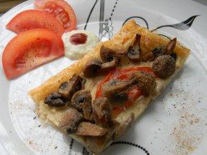 Пирог с грибами и помидорами