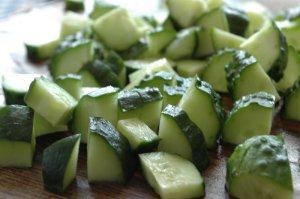 Салат из помидоров и огурцов с базиликом