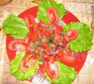 Салат из помидоров и печеных баклажан
