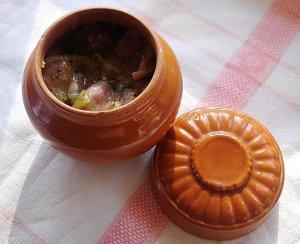 Свинина маринованная в киви и запеченая в горшочке